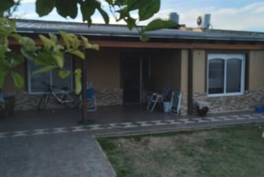 Casa 2 dormitorios y amplio patio.
